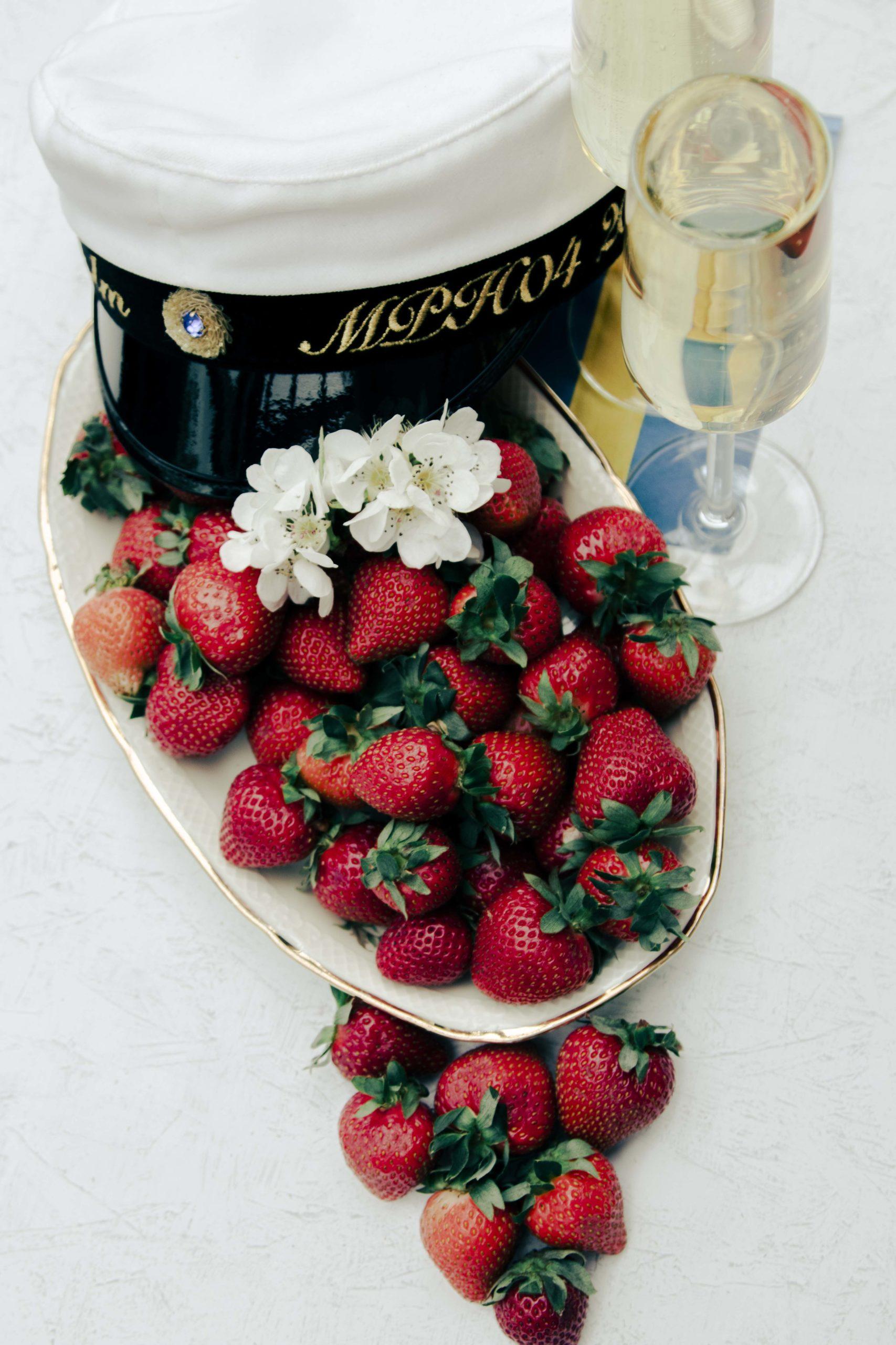 studenthat, bubbles, champanjeglass, strawberrys, celebrate, swedish flag, retro